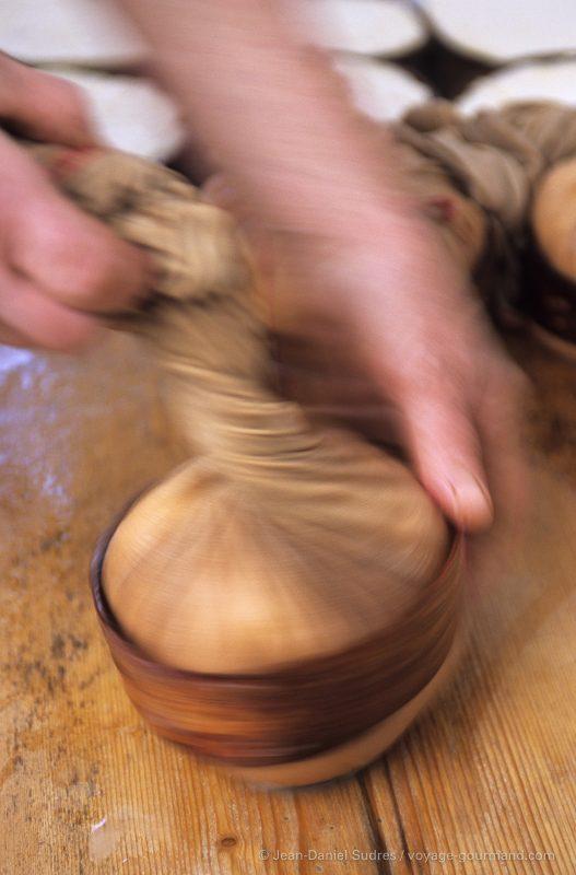 Préparation du vacherin d'Abondance