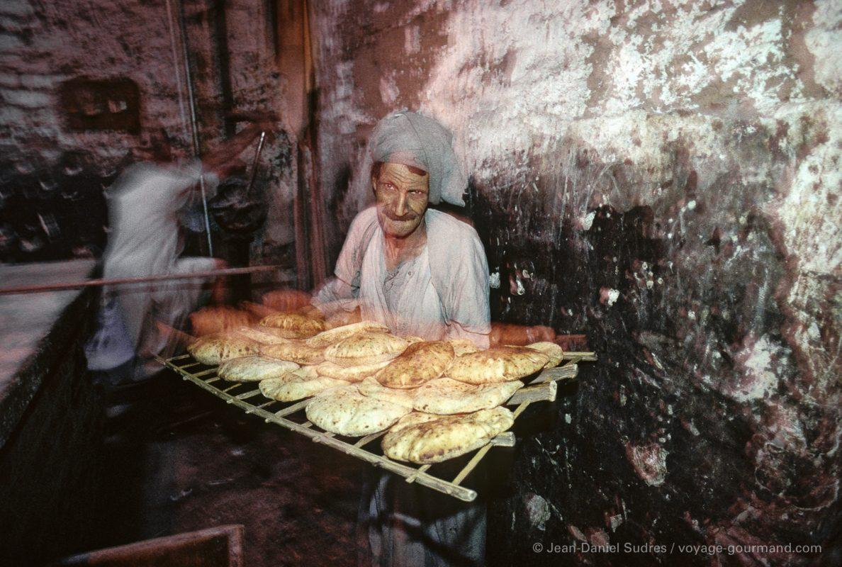 Boulanger montrant ses pains à Assouan