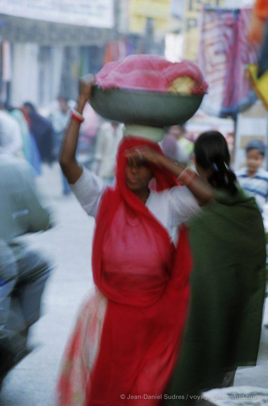 Femme indienne au marché Bara bazar à Udaipur