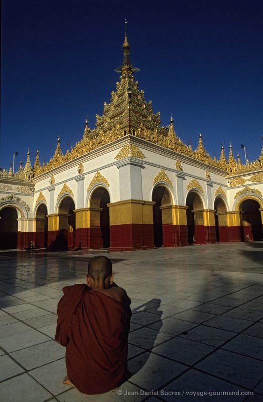 Moine bonze à la pagode Mahamuni à Mandalay