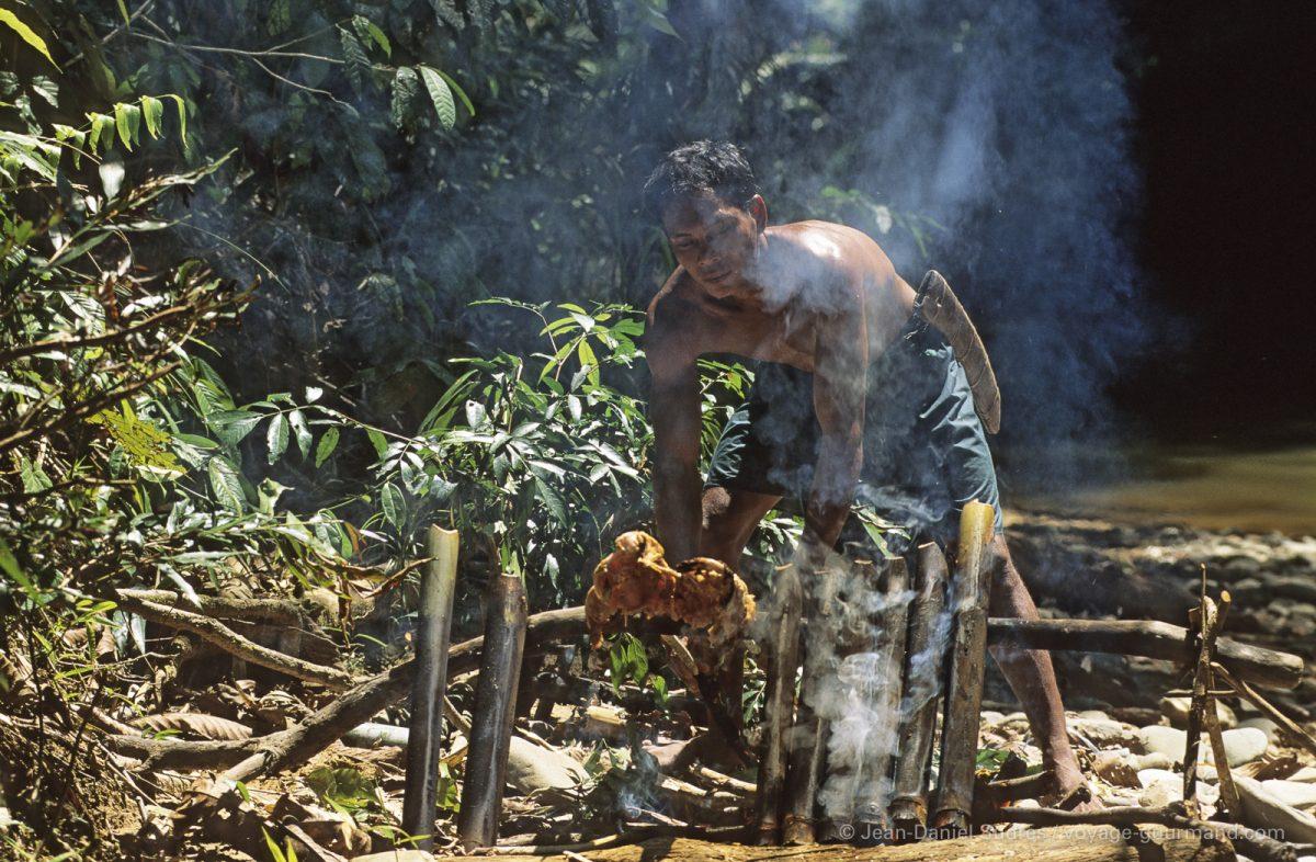 Dayak cuisinant dans la jungle, Sarawak